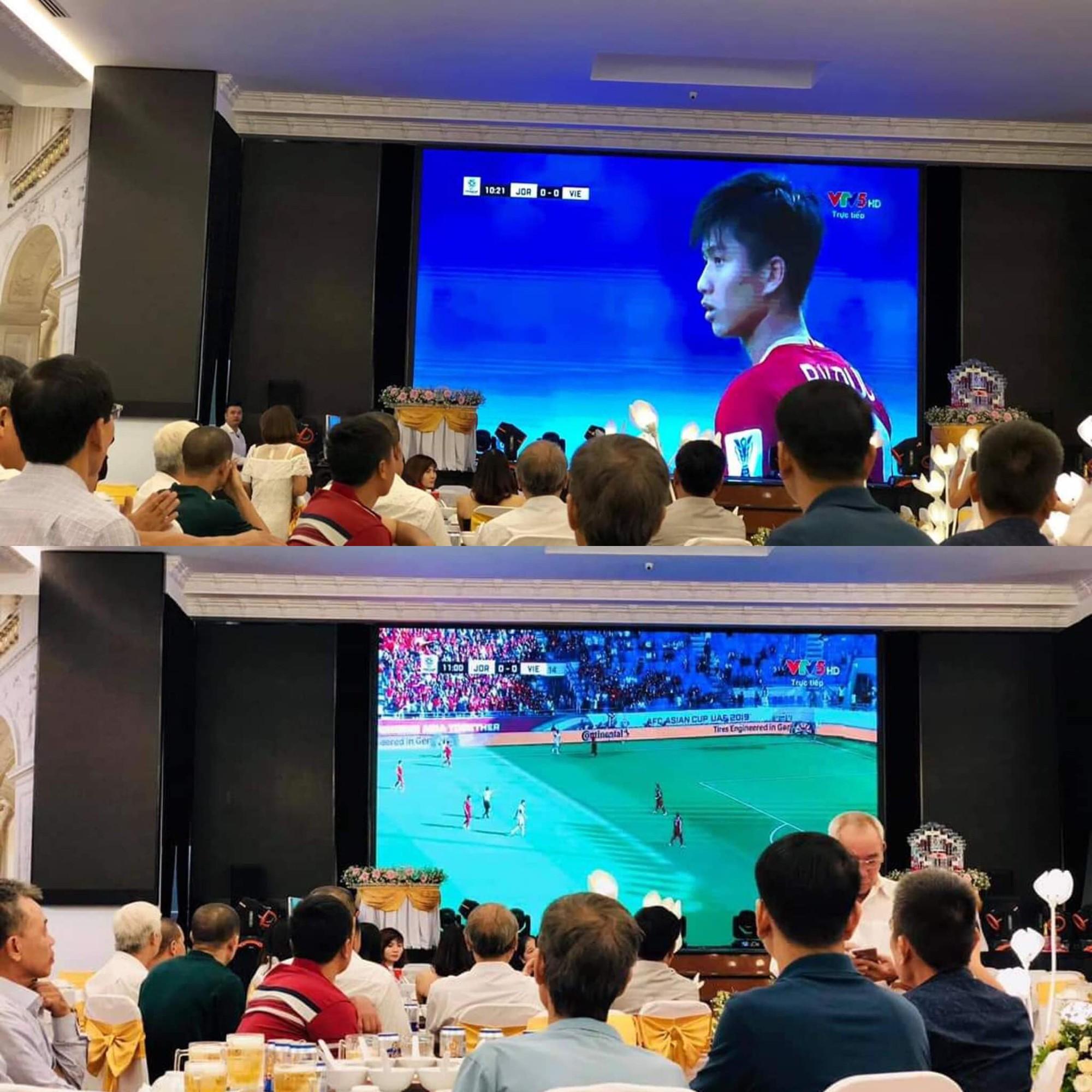 Đám cưới biến thành SVĐ thu nhỏ, quan khách vừa dự tiệc vừa ăn mừng khi ĐT Việt Nam giành vé vào tứ kết-1