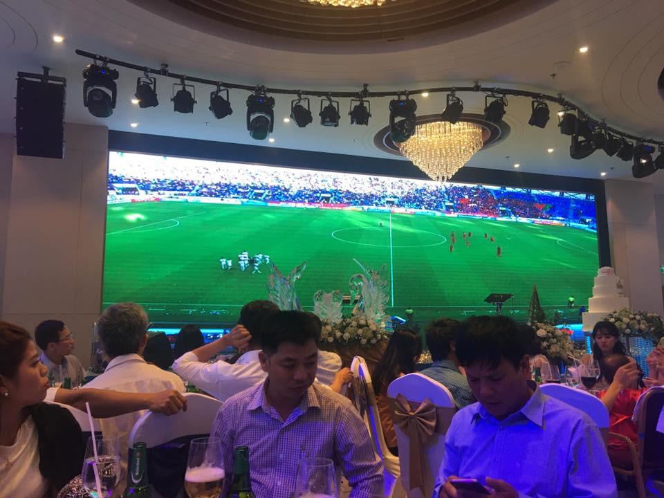 Đám cưới biến thành SVĐ thu nhỏ, quan khách vừa dự tiệc vừa ăn mừng khi ĐT Việt Nam giành vé vào tứ kết-2