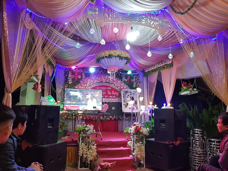 Đám cưới biến thành SVĐ thu nhỏ, quan khách vừa dự tiệc vừa ăn mừng khi ĐT Việt Nam giành vé vào tứ kết-4