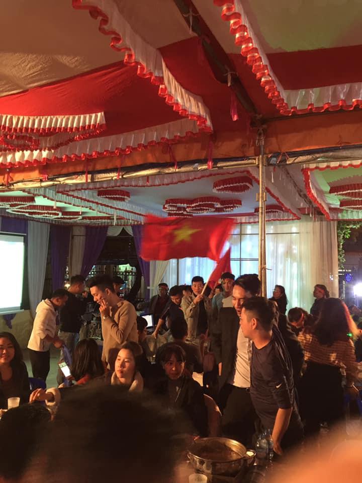 Đám cưới biến thành SVĐ thu nhỏ, quan khách vừa dự tiệc vừa ăn mừng khi ĐT Việt Nam giành vé vào tứ kết-5