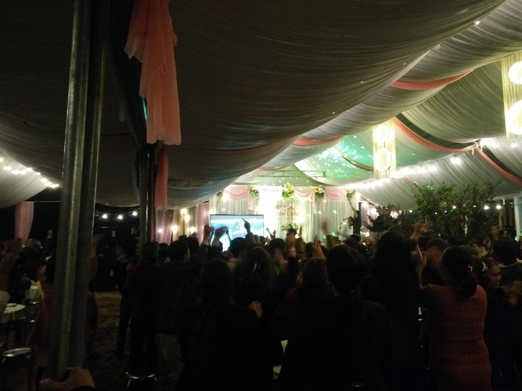 Đám cưới biến thành SVĐ thu nhỏ, quan khách vừa dự tiệc vừa ăn mừng khi ĐT Việt Nam giành vé vào tứ kết-6