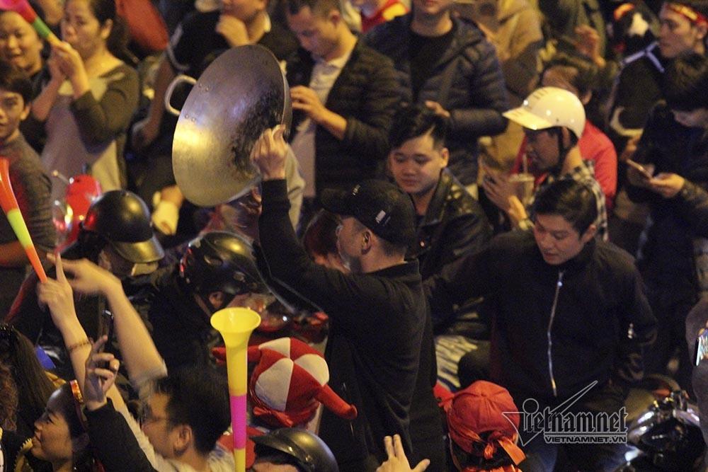Việt Nam chiến thắng: Lamborghini chở Tuấn Hưng cùng vợ đỏ rực trên phố-14