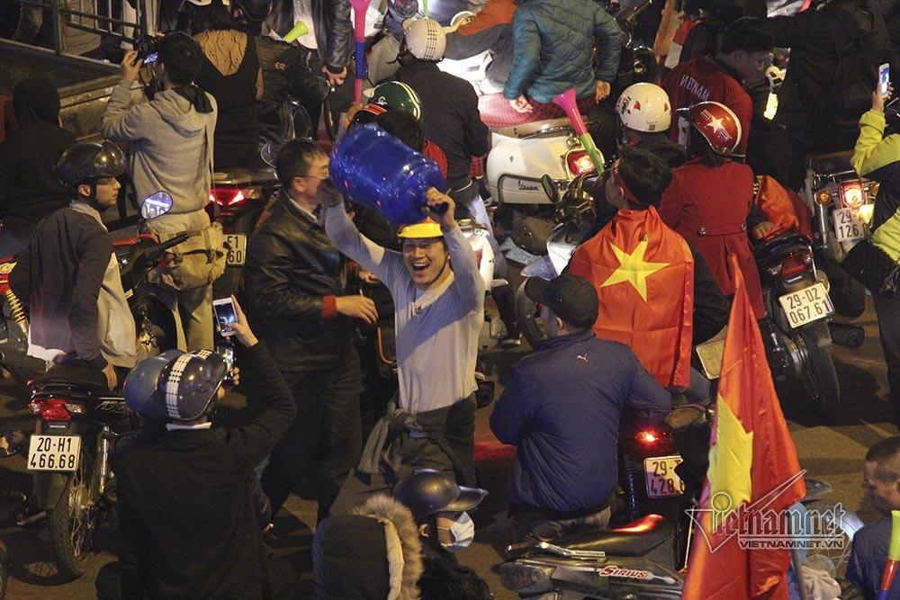 Việt Nam chiến thắng: Lamborghini chở Tuấn Hưng cùng vợ đỏ rực trên phố-13