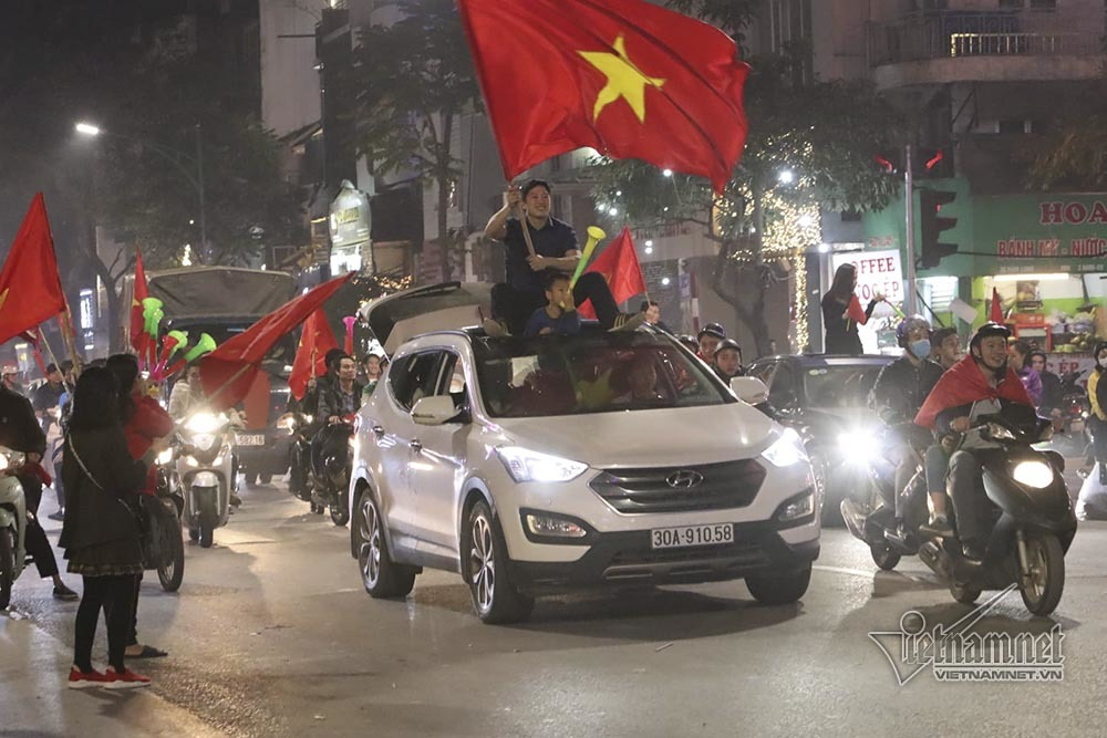 Việt Nam chiến thắng: Lamborghini chở Tuấn Hưng cùng vợ đỏ rực trên phố-9