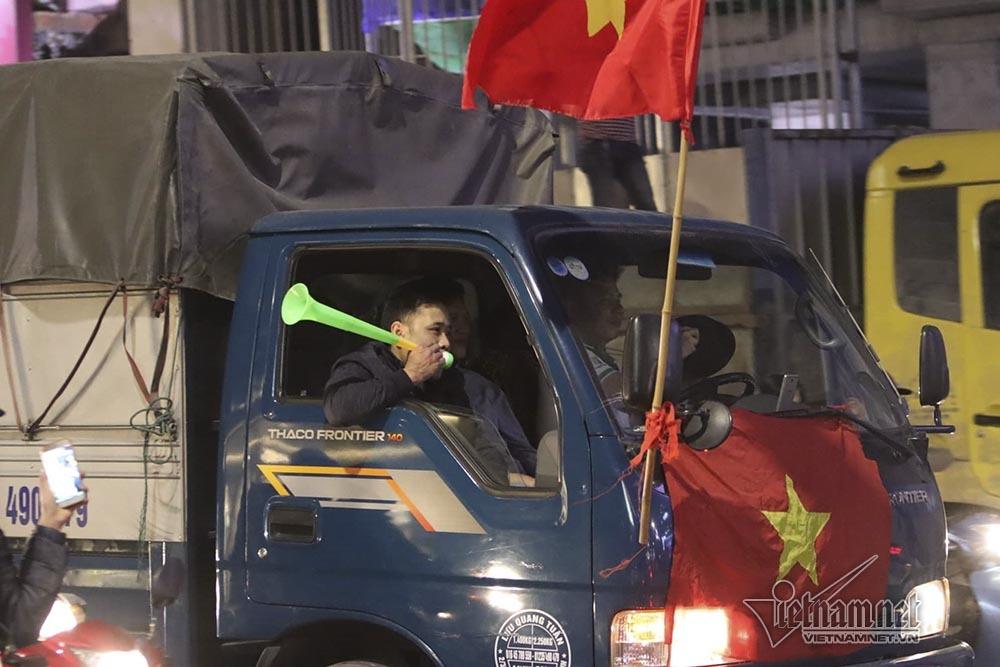 Việt Nam chiến thắng: Lamborghini chở Tuấn Hưng cùng vợ đỏ rực trên phố-8