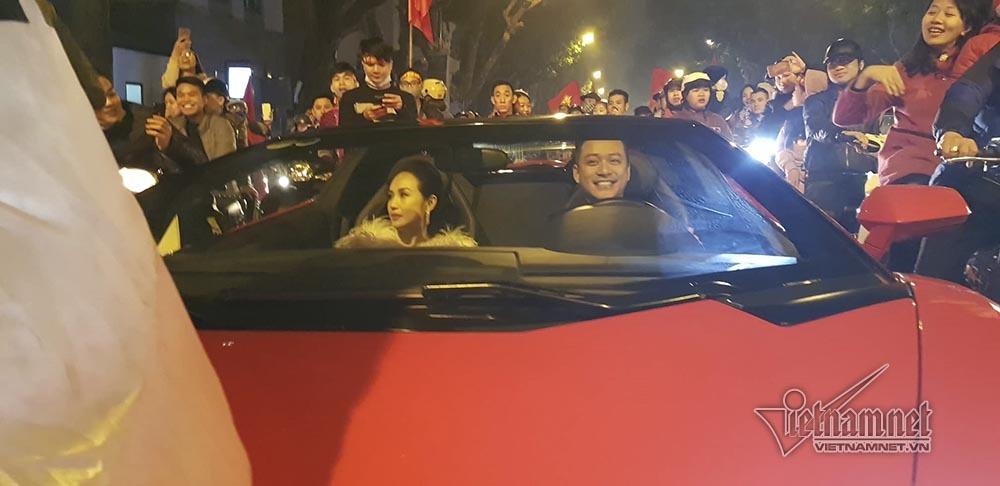 Việt Nam chiến thắng: Lamborghini chở Tuấn Hưng cùng vợ đỏ rực trên phố-3