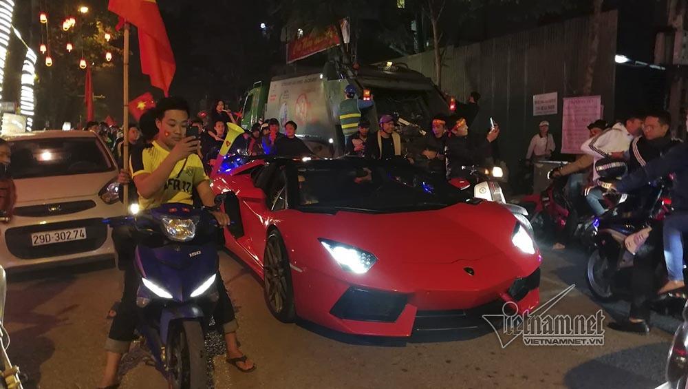 Việt Nam chiến thắng: Lamborghini chở Tuấn Hưng cùng vợ đỏ rực trên phố-1