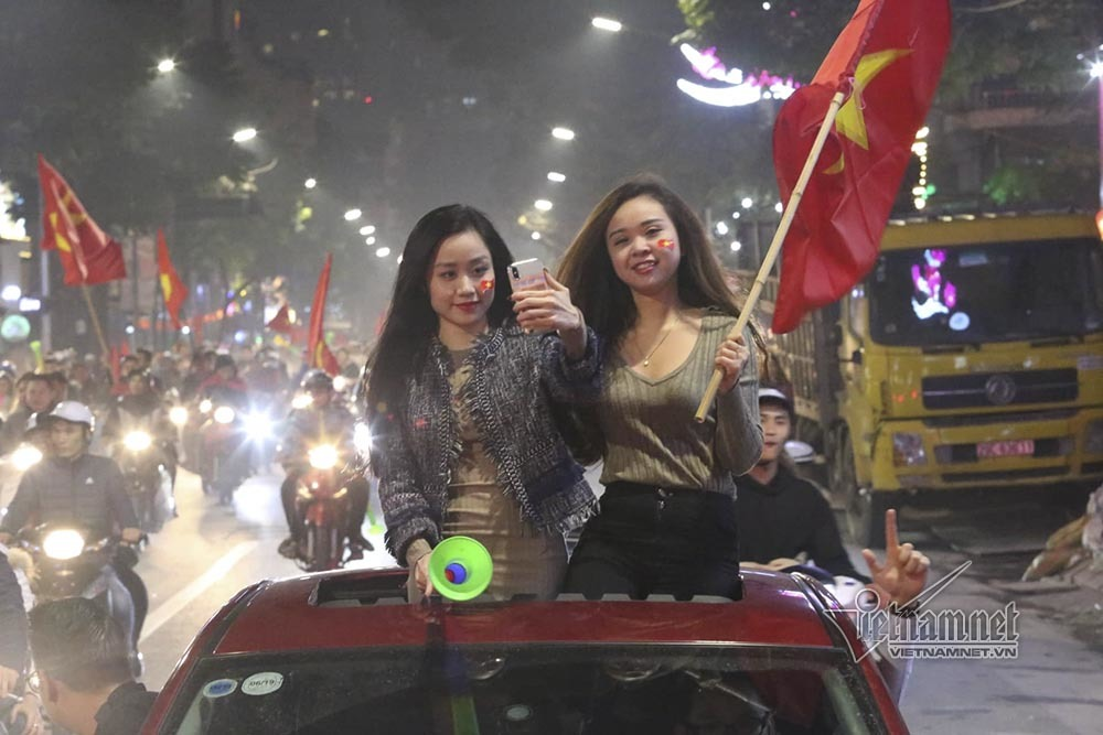 Việt Nam chiến thắng: Lamborghini chở Tuấn Hưng cùng vợ đỏ rực trên phố-5