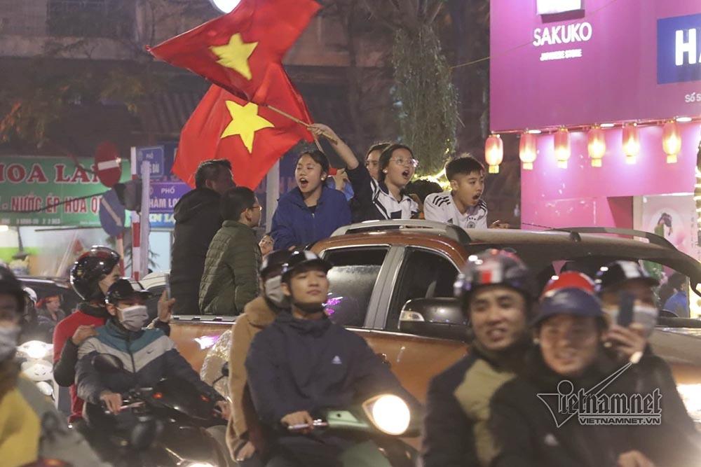 Việt Nam chiến thắng: Lamborghini chở Tuấn Hưng cùng vợ đỏ rực trên phố-10