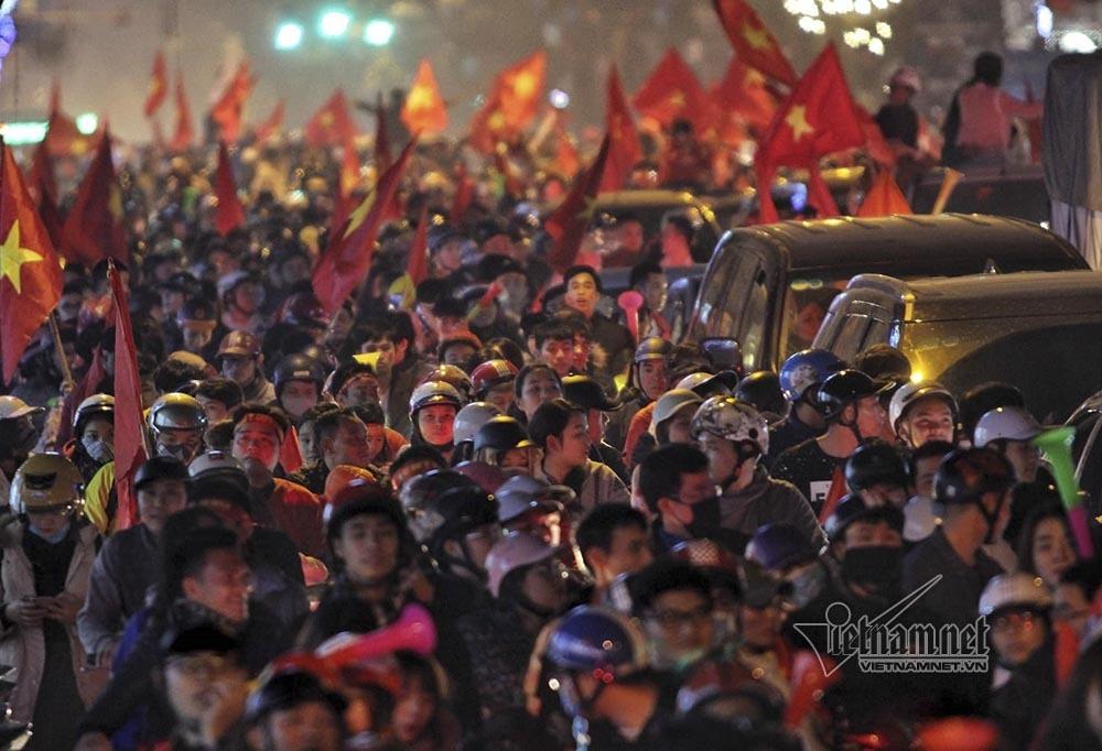 Việt Nam chiến thắng: Lamborghini chở Tuấn Hưng cùng vợ đỏ rực trên phố-12