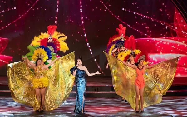 Hoa hậu Tiểu Vy mặc áo dài cung đình, đọ sắc Á hậu Phương Nga-Thuý An-12