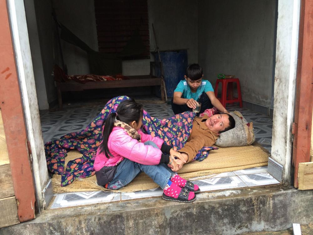 Xót xa cảnh cha bệnh nằm liệt giường, mẹ bỏ đi khiến 2 con nguy cơ thất học-1