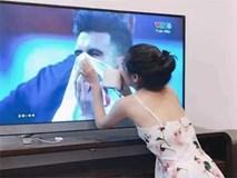 Cô gái xinh đẹp quỳ gối lau nước mắt cho cầu thủ Jordan - bức ảnh đang chiếm spotlight mạng xã hội