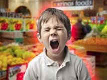 Con trai quấy khóc đòi mua đồ, người mẹ có