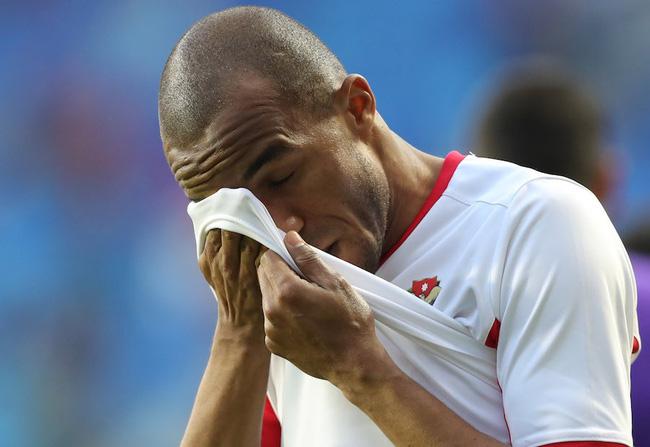 Cô gái xinh đẹp quỳ gối lau nước mắt cho cầu thủ Jordan - bức ảnh đang chiếm spotlight mạng xã hội-5