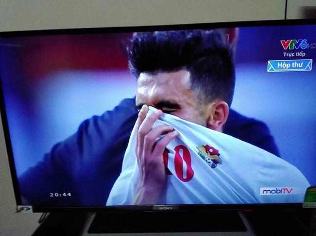 Cô gái xinh đẹp quỳ gối lau nước mắt cho cầu thủ Jordan - bức ảnh đang chiếm spotlight mạng xã hội-2