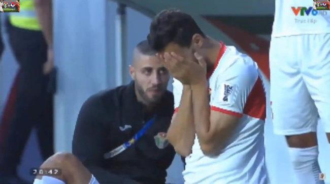 Cô gái xinh đẹp quỳ gối lau nước mắt cho cầu thủ Jordan - bức ảnh đang chiếm spotlight mạng xã hội-3