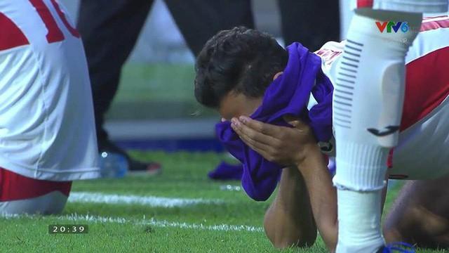 Cô gái xinh đẹp quỳ gối lau nước mắt cho cầu thủ Jordan - bức ảnh đang chiếm spotlight mạng xã hội-8