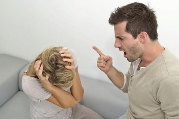 Nhìn thấy tấm ảnh mình trên bàn thờ, chồng giận dữ đập phá đồ đạc nhưng khi biết nguyên nhân anh lại thảng thốt-1
