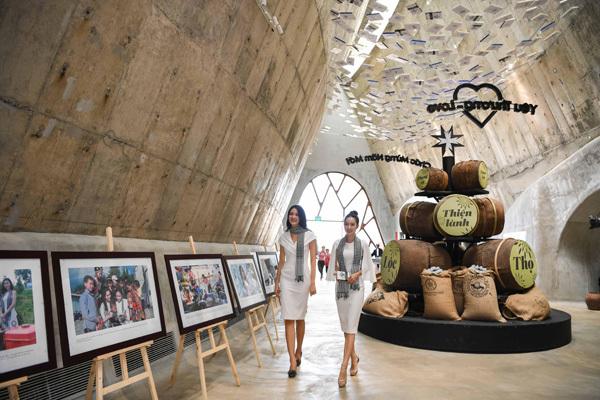 Thùy Dung, Hồng Tuyết tặng sách tại Bảo tàng Thế giới Cà phê-4