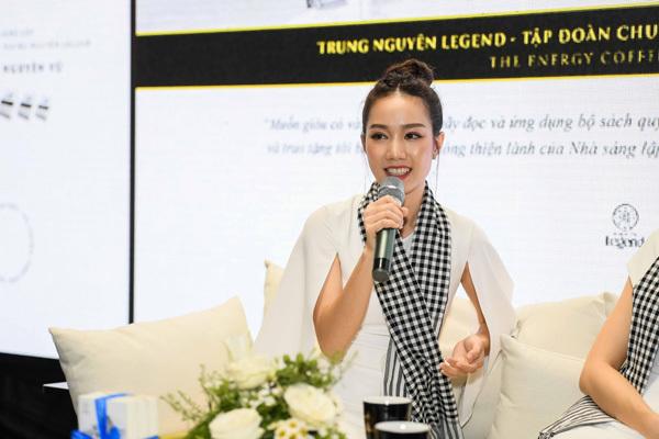 Thùy Dung, Hồng Tuyết tặng sách tại Bảo tàng Thế giới Cà phê-3
