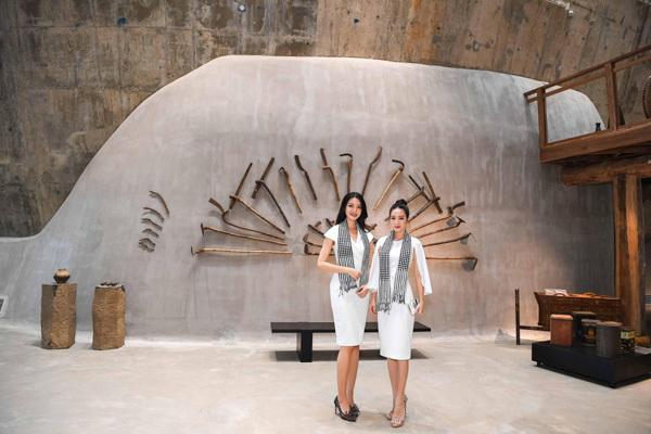 Thùy Dung, Hồng Tuyết tặng sách tại Bảo tàng Thế giới Cà phê-5