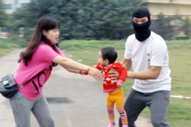 Sự thật về bé trai bị bắt cóc quấn nilon để bán sang Trung Quốc-1