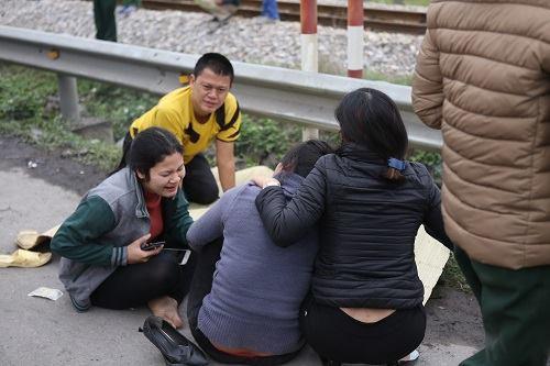 Vụ tai nạn Hải Dương: Buốt lòng cảnh người thân khóc ngất bên thi thể 8 nạn nhân trong chiều đông lạnh buốt-3
