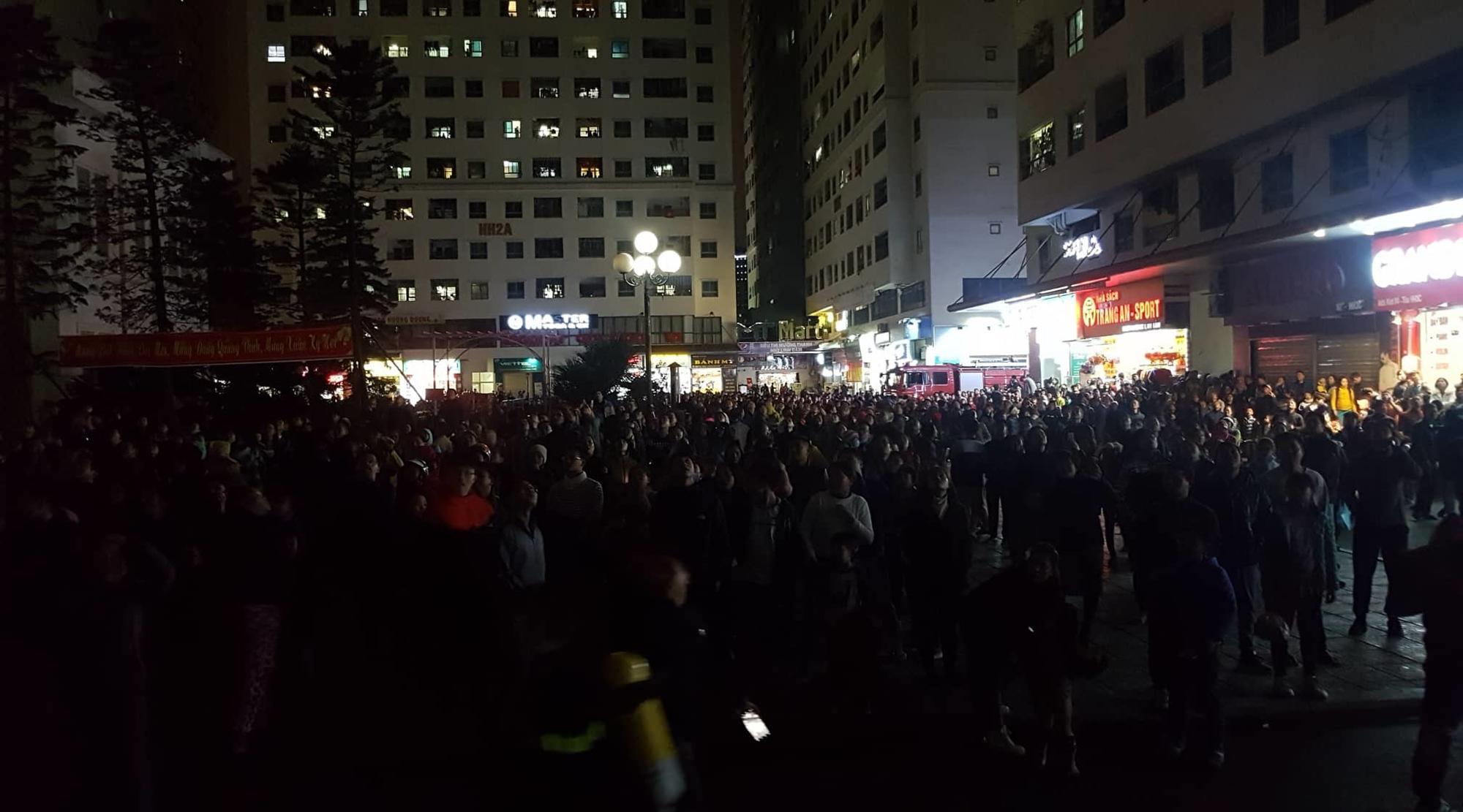 Cháy tầng 15 chung cư Linh Đàm, trăm người chạy lao xuống đất lánh nạn-2