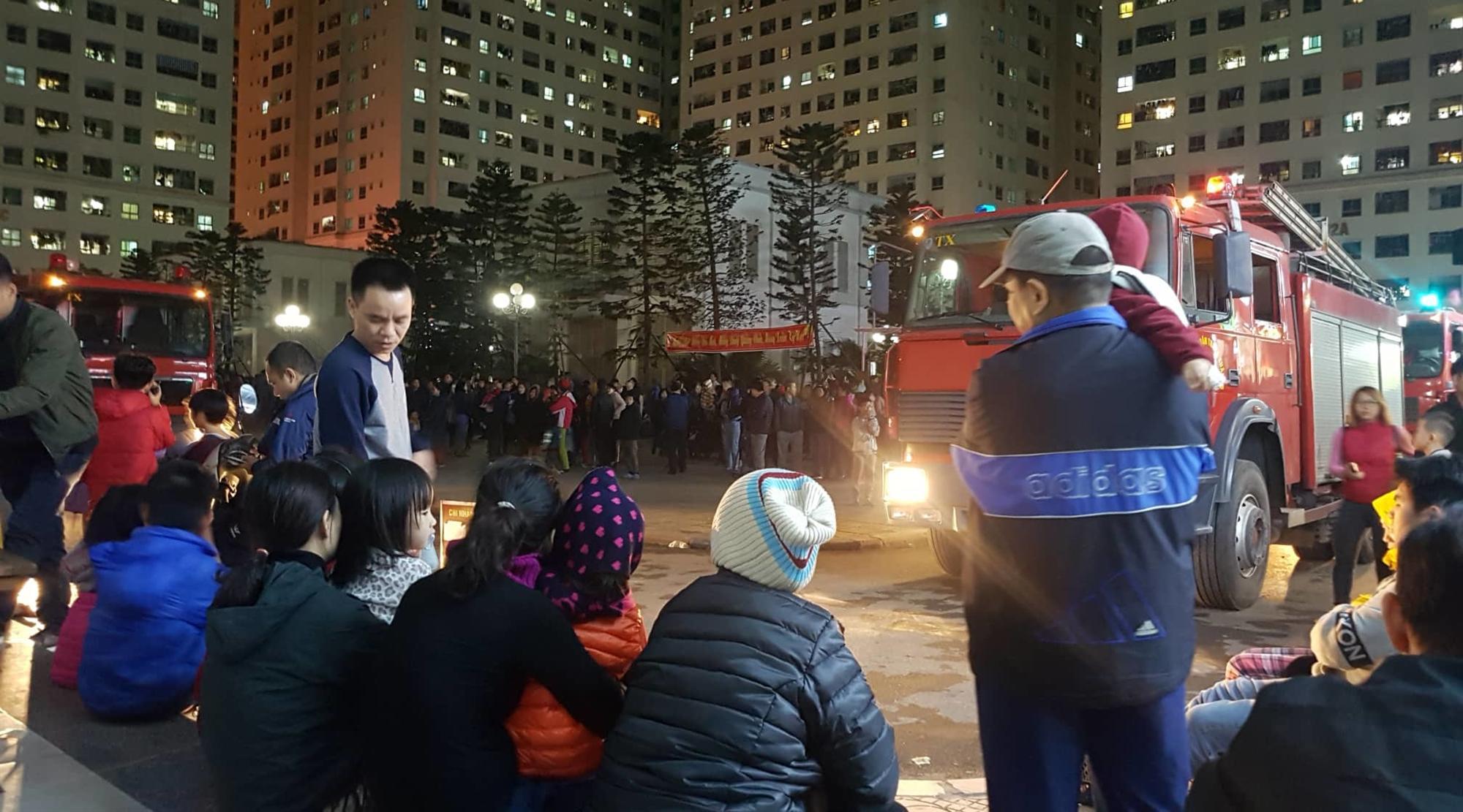 Cháy tầng 15 chung cư Linh Đàm, trăm người chạy lao xuống đất lánh nạn-5