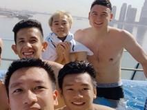 Văn Lâm cùng đồng đội khoe