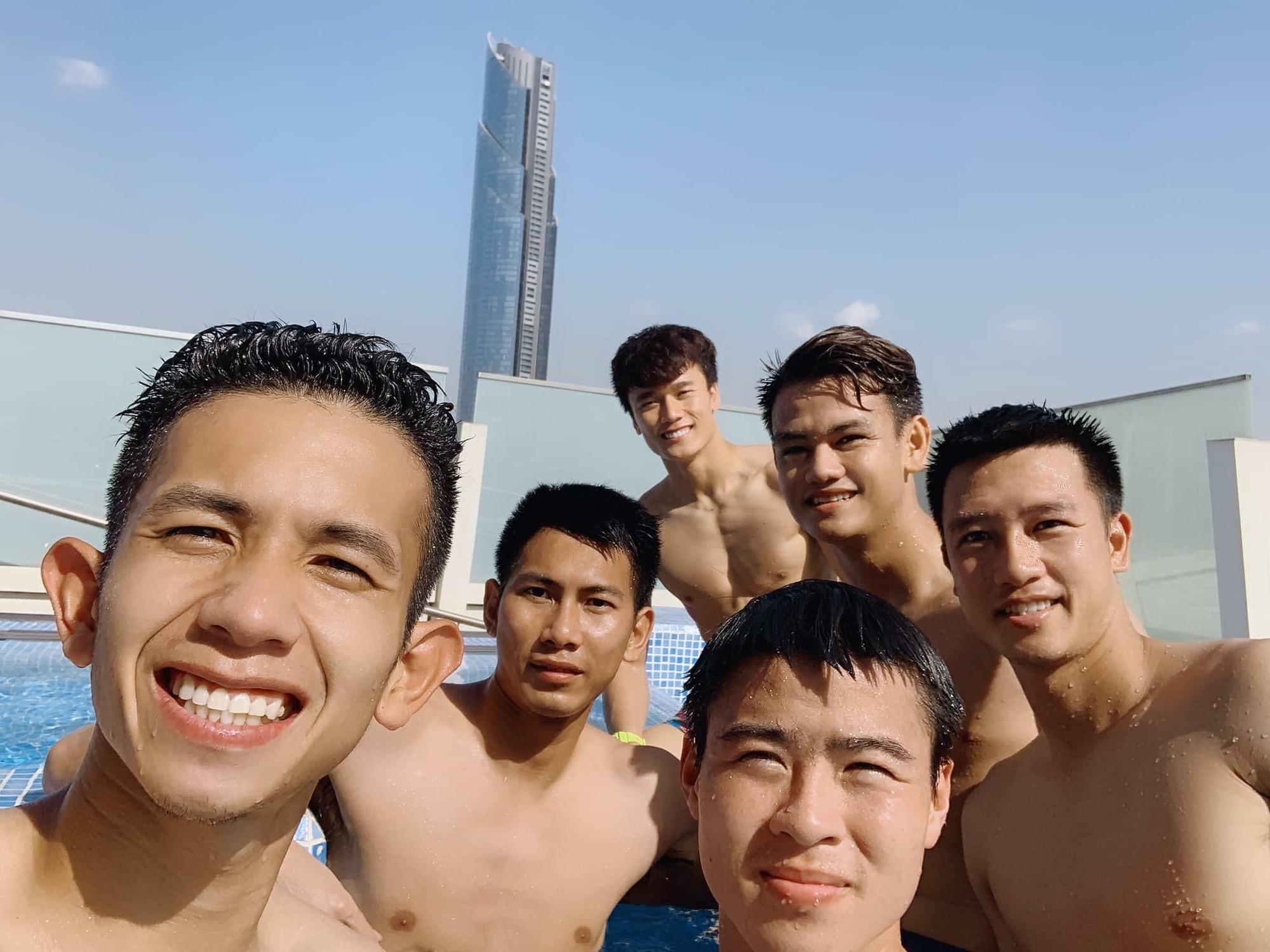 Văn Lâm cùng đồng đội khoe body chuẩn soái ca bên bể bơi-2