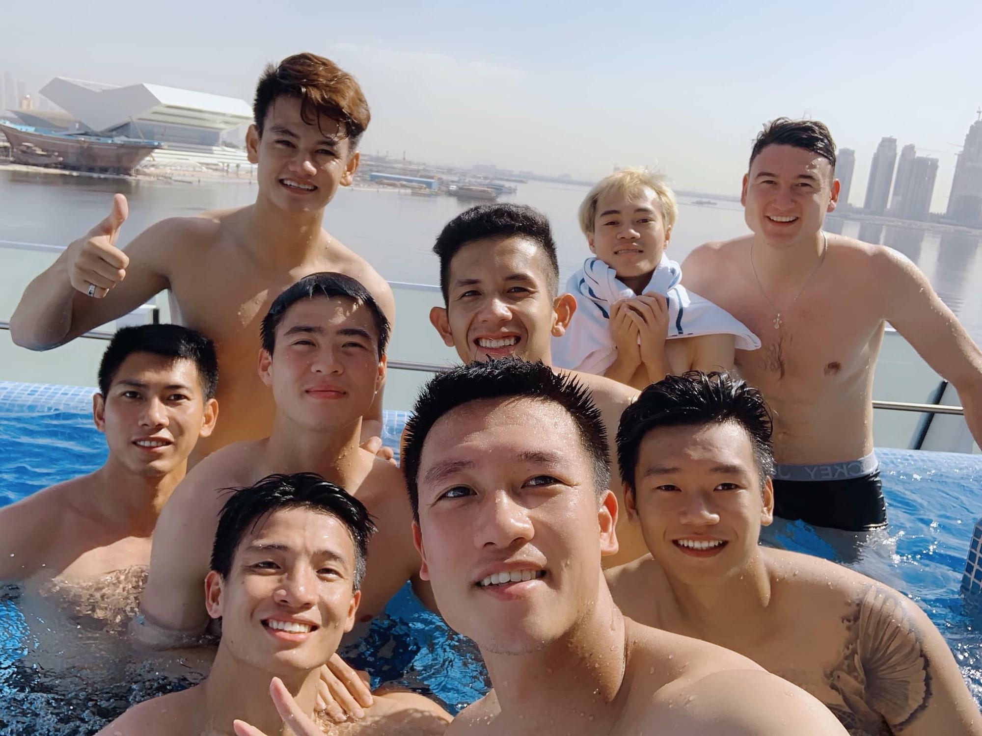 Văn Lâm cùng đồng đội khoe body chuẩn soái ca bên bể bơi-3