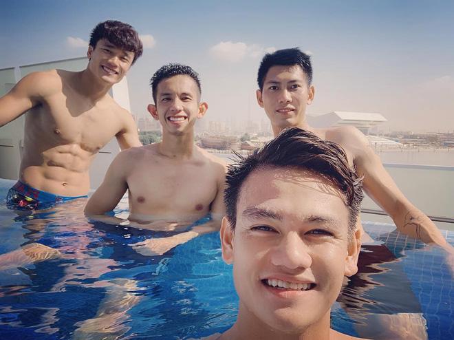 Văn Lâm cùng đồng đội khoe body chuẩn soái ca bên bể bơi-1