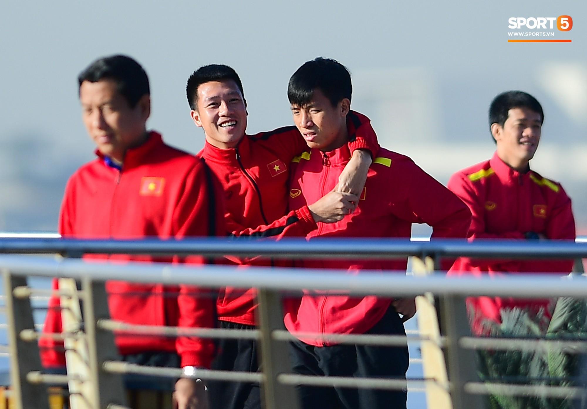 Văn Lâm cùng đồng đội khoe body chuẩn soái ca bên bể bơi-4