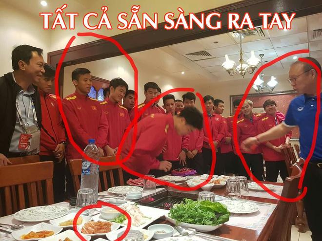 Nhìn bức ảnh thầy Park khao cả đội đi ăn BBQ, dân mạng thi nhau đoán ai sẽ ra tay úp sọt Công Phượng trong ngày sinh nhật-1