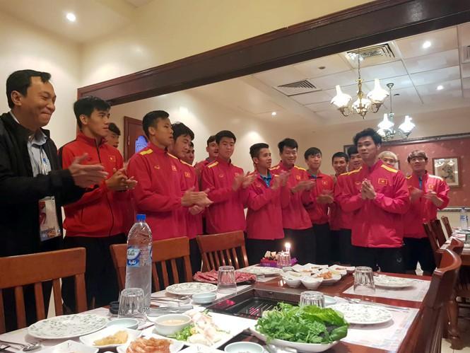 Nhìn bức ảnh thầy Park khao cả đội đi ăn BBQ, dân mạng thi nhau đoán ai sẽ ra tay úp sọt Công Phượng trong ngày sinh nhật-2