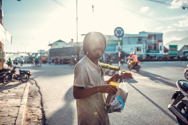 Nụ cười vô lo của người đàn ông lang thang khiến nhiều người cảm thấy bình yên: Dù giàu hay nghèo hãy luôn hạnh phúc với hiện tại-4