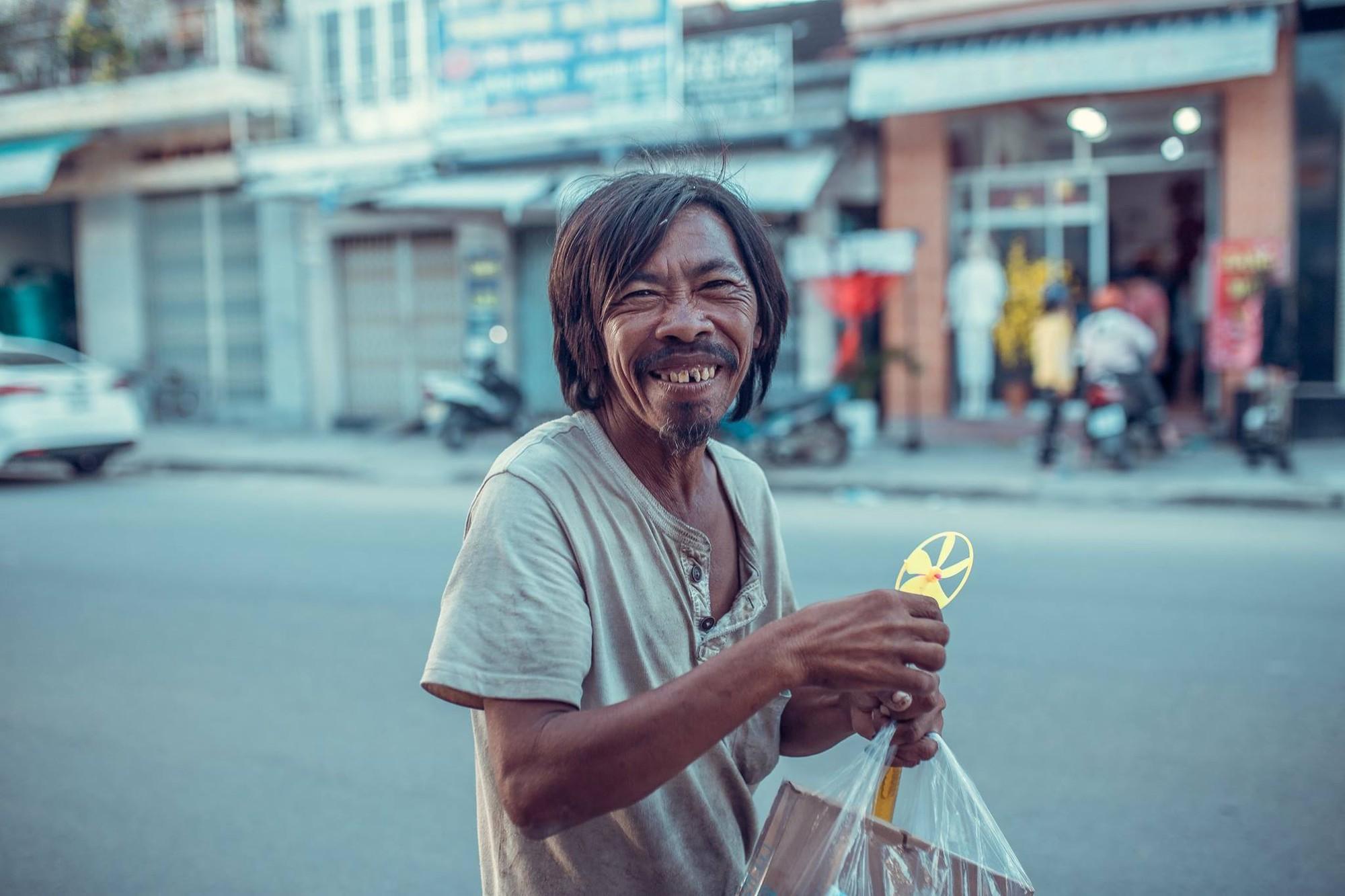 Nụ cười vô lo của người đàn ông lang thang khiến nhiều người cảm thấy bình yên: Dù giàu hay nghèo hãy luôn hạnh phúc với hiện tại-2