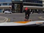 Quên phanh tay, người phụ nữ hớt hải chạy theo xe Lexus lao dốc-1