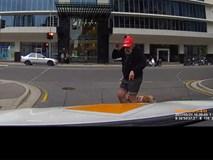 Mải mắng tài xế ô tô, người đi bộ đập đầu vào cột điện