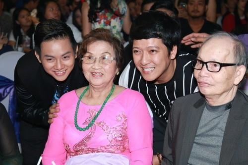 Hình ảnh ấm áp ngày giáp Tết: Bố mẹ Hoài Linh trở về từ Mỹ, đến nhà thờ Tổ trăm tỷ thăm con trai-3