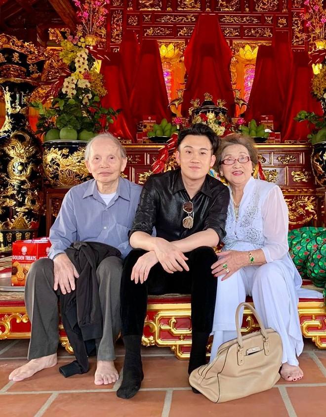 Hình ảnh ấm áp ngày giáp Tết: Bố mẹ Hoài Linh trở về từ Mỹ, đến nhà thờ Tổ trăm tỷ thăm con trai-2