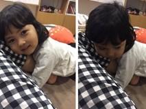 Tan chảy với hành động của bé gái 3 tuổi đã biết thương mẹ lạnh, ôm chân mẹ giấu vào bụng mình để sưởi ấm