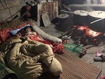 Bức ảnh gây xúc động nhất MXH hôm nay: Chỉ là hai đứa trẻ trông nồi bánh chưng mà sao ấm áp thế!