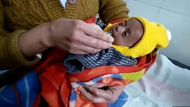Bé sơ sinh 20 ngày tuổi sống sót kỳ diệu sau 3 tiếng bị mẹ chôn sống, lý do khiến mọi người thêm căm phẫn-3