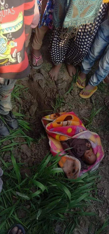 Bé sơ sinh 20 ngày tuổi sống sót kỳ diệu sau 3 tiếng bị mẹ chôn sống, lý do khiến mọi người thêm căm phẫn-1