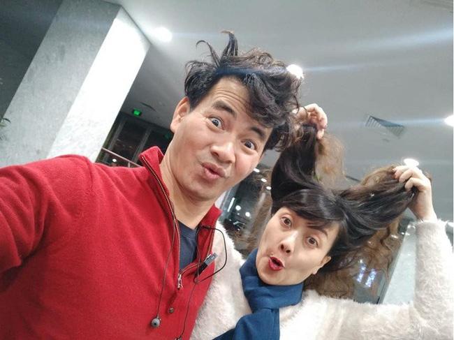 Xuân Bắc khoe ảnh đầu bù tóc rối cùng Vân Dung khi tập Táo Quân nhưng netizen lại rưng rưng xúc động-1