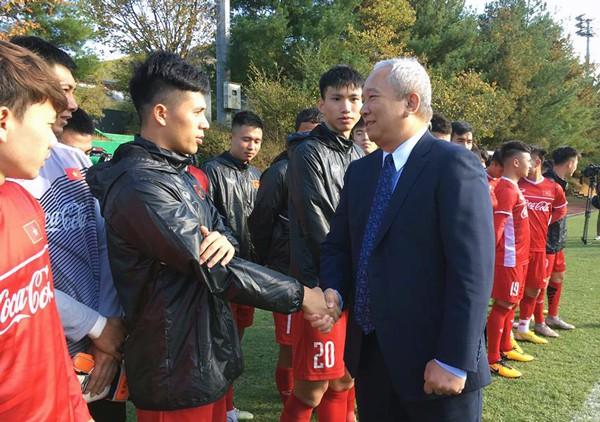 Đình Trọng được Đại sứ Việt Nam tại Hàn Quốc thăm hỏi sau ca phẫu thuật-1