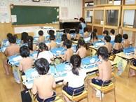 'Giáo dục cởi trần' - phương pháp kỳ lạ bắt học sinh không mặc áo suốt 40 năm tại một trường học ở Nhật Bản